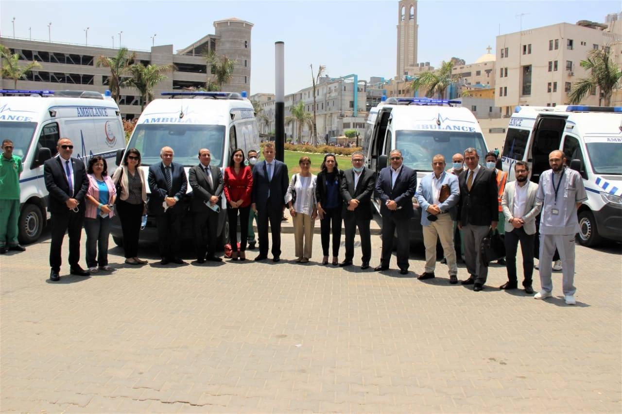 بالصور رئيس جامعة عين شمس يشهد إنضمام ٥ سيارات إسعاف علي أعلي مستوى من التجهيزات الطبيه لمستشفيات الجامعة